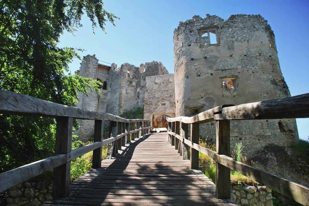 uhrovecky-hrad-slovensko