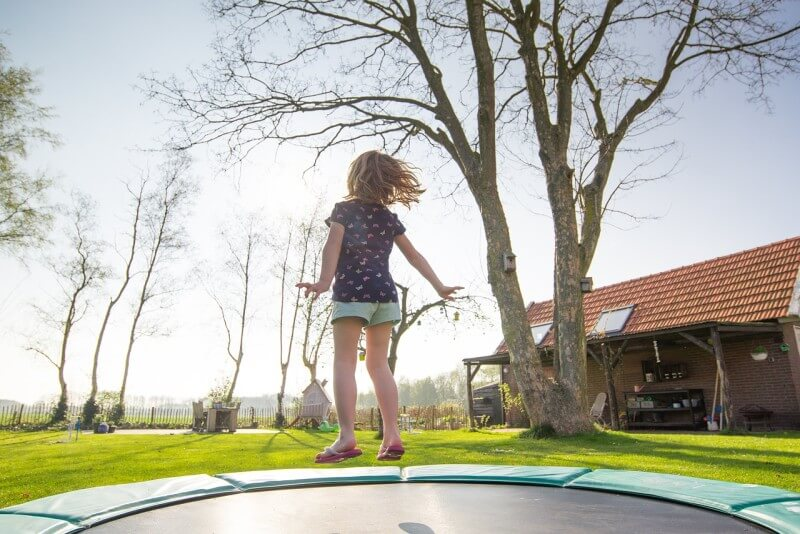 trampolina-v-zahrade